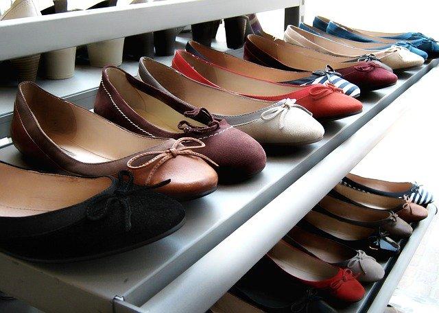 jakie buty do pudrowej sukienki